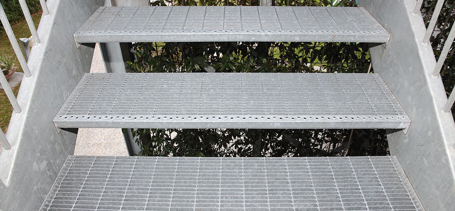 Gradino in ferro zincato per scale scalino scala esterno for Gradini in ferro per scale esterne